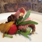 Roastbeef-Röllchen mit Remoulade und Antipasti